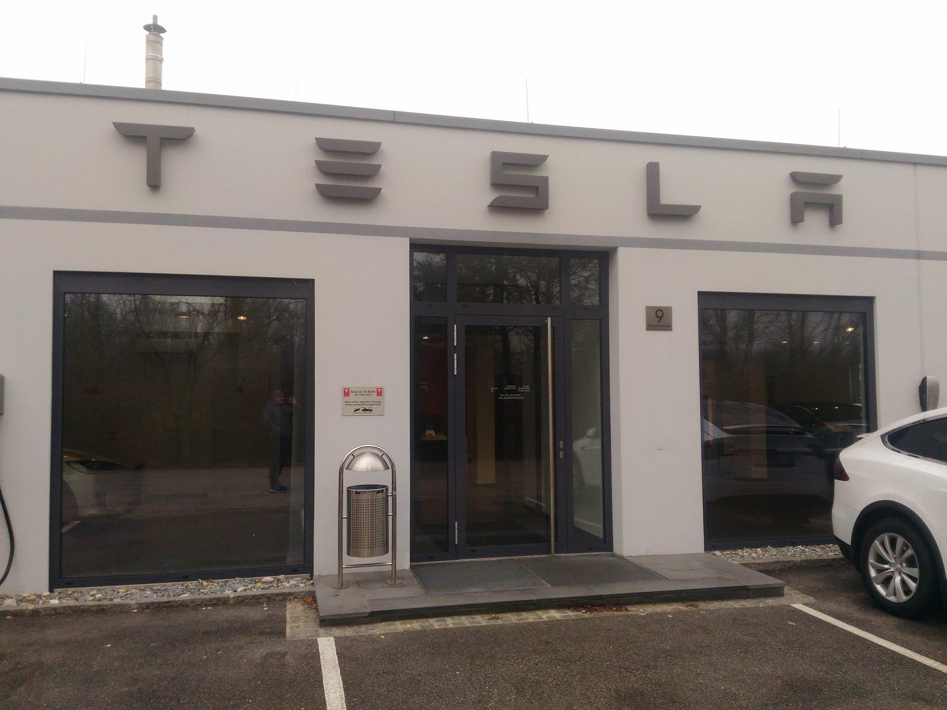 Заправка TESLA Supercharger в австрийском Трауне? Нет, целый магазин