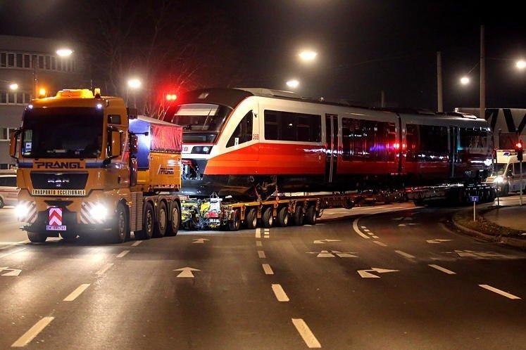 Cityjet уже в Линце: транспортировка нового состава по ночным улицам города.