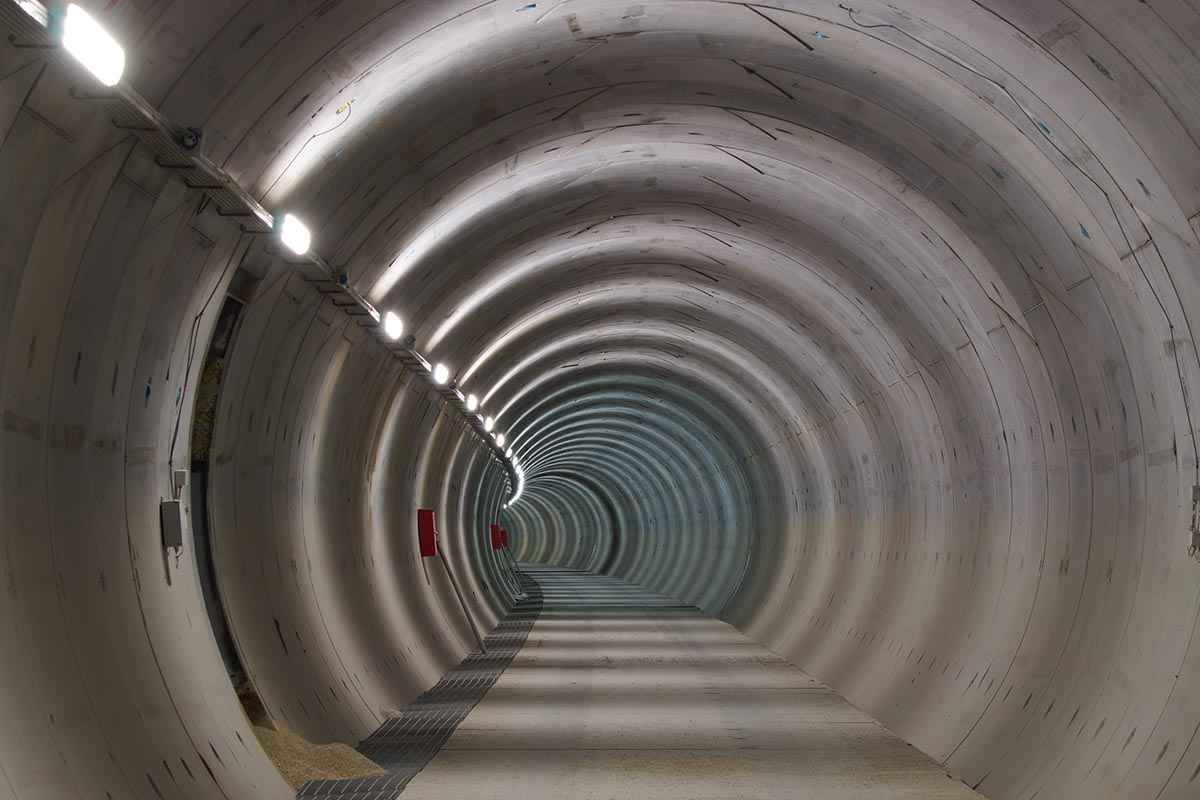 Открытие самого длинного ЖД-тоннеля в мире запланировано на 2028 год.
